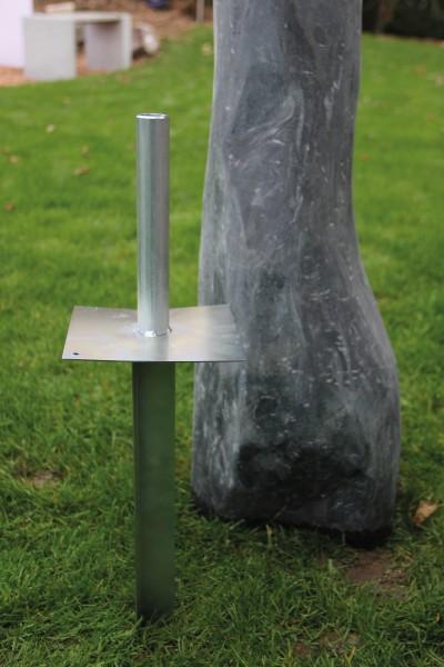 Steinsicherung mit Erdspieß für Erdboden (Monolithen)