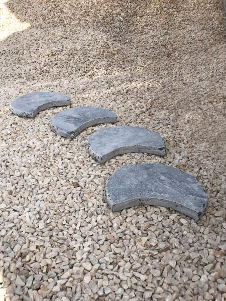 Limesstone-Trittplatte, getrommelt, sichelförmig