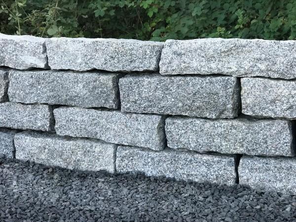 Granit Mauersteine grau, grob gespalten