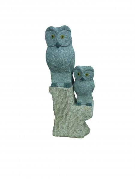 Granit-Eulenpaar auf Baumstamm